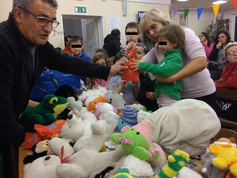 I bambini di Montemonaco ricevono i giochi donati dal Comitato per Linate