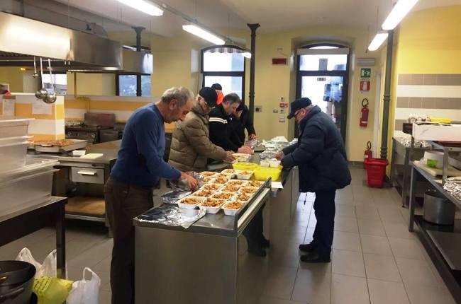 I volontari all'opera per il confezionamento dei pasti