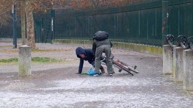 Una caduta di un ciclista al Parco Sempione