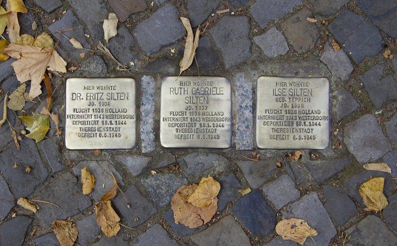 Alcuni sanpietrini in ricordo delle vittime dell'Olocausto a Berlino