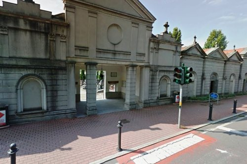 L'ingresso al cimitero di Paullo, con il semaforo che poi è stato abbattuto