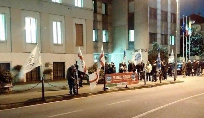 La protesta di Fratelli d'Italia e Lega Nord fuori dal Municipio la sera del Consiglio Comunale del 26 febbraio 2015
