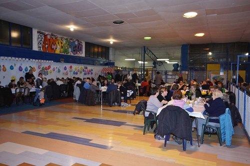 Sono 200 le persone che hanno partecipato alla cena solidale