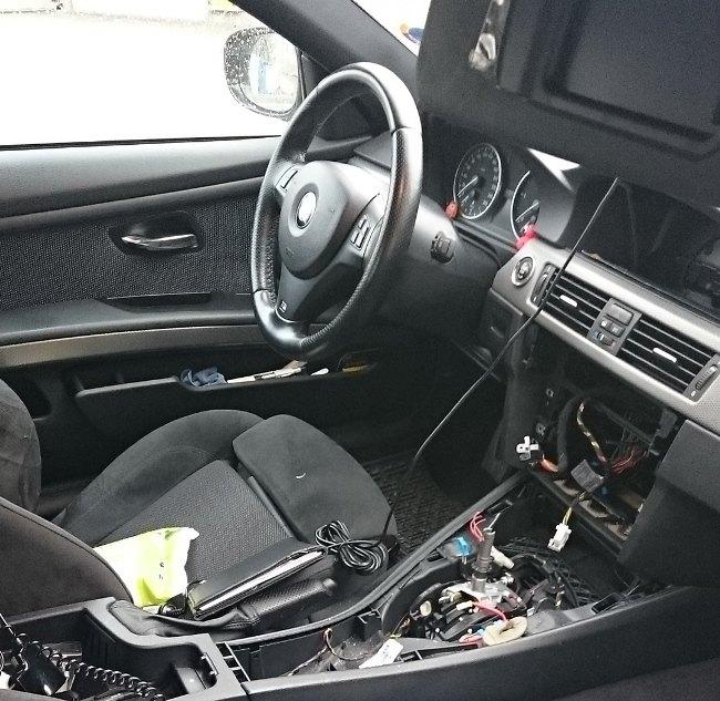 L'interno di un'auto letteralmente sventrata a Peschiera