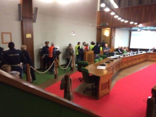 I manifestanti abbandonano l'aula