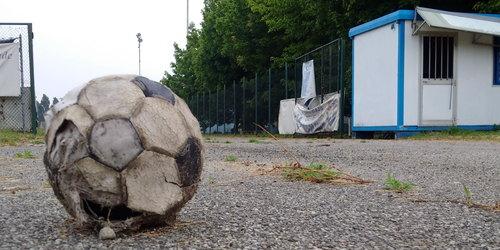 Il campo di calcio di Mezzate chiuso da tempo