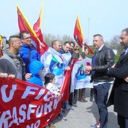 Vito Bellomo insieme ai lavoratori Tamini in presidio