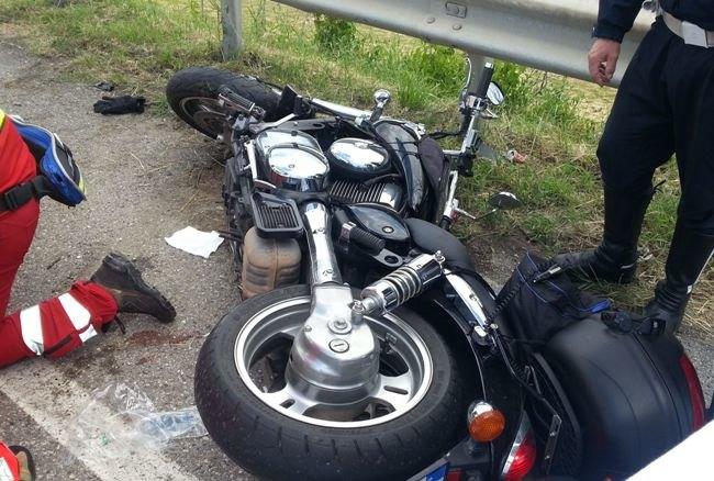 Una motocicletta a terra dopo un incidente