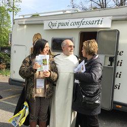 Padre Giuseppe Paparone con il camper confessionale