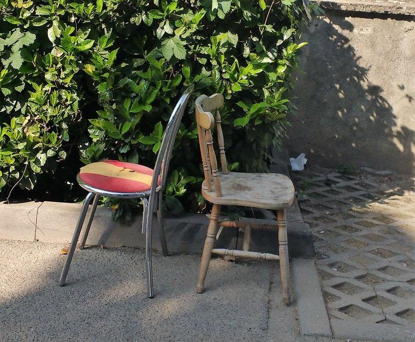 Le sedie comparse stamattina al Parco della Pace