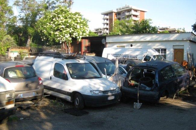 Alcune delle vetture rubate e smembrate rinvenute nell'area