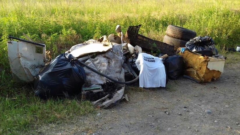 Il cumulo di rifiuti raccolti in due ora prima del tramonto