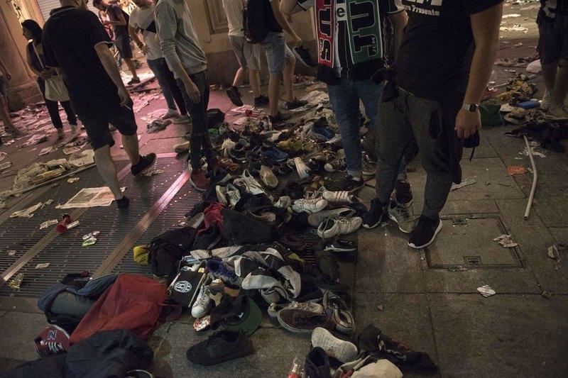 Le scarpe perse dalla folla in fuga da Piazza San Carlo, Torino. (Fonte TG COM)