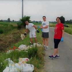Da sinistra: Boerchi, Ferrari e Cocucci sul luogo dei rifiuti abbandonati