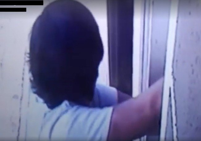 Un frame del video che immortala il primo ladro in azione
