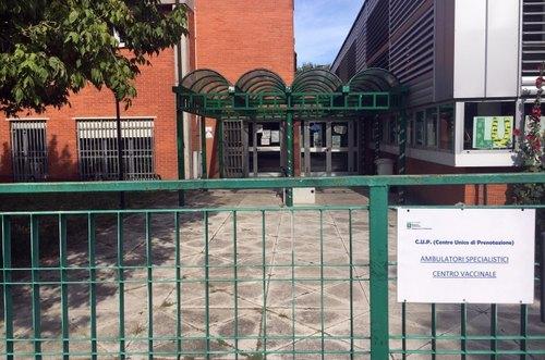 L'ingresso del poliambulatorio segratese