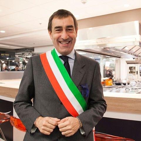 Andrea Checchi con la fascia da Primo cittadino