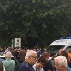 I tanti sandonatesi accorsi in via Battisti dopo la sparatoria