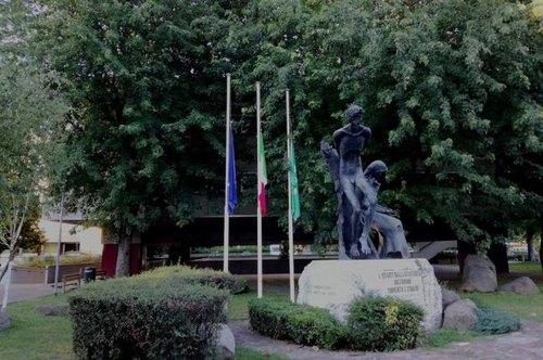 Le bandiere abbassate davanti al Comune di San Donato