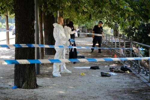 La polizia esegue i rilievi sul luogo dell'aggressione