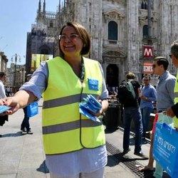 Carmela Rozza distribuisce i posacenere tascabili