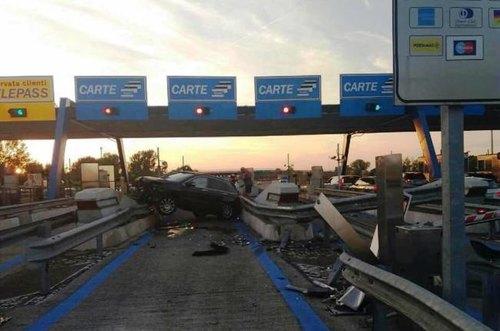 Il suv schiantatosi contro la barriera autostradale