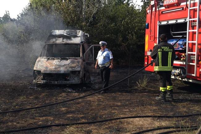 La carcassa bruciata del furgone