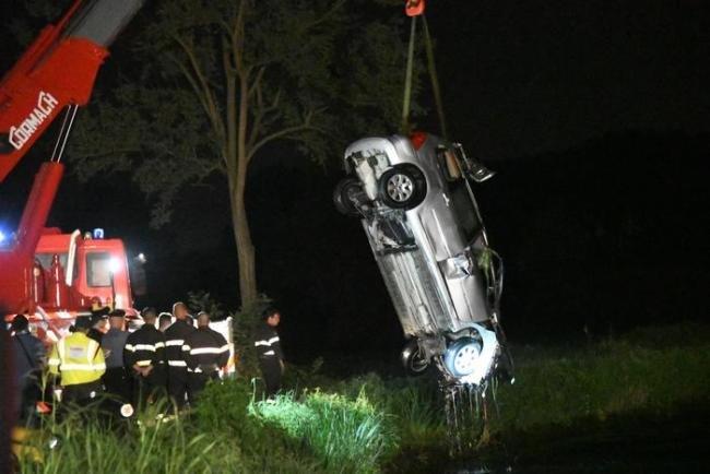 I Vigili del Fuoco recuperano la Peugeot finita nella Muzza