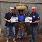 Il rubinetto alto favorisce le donne del Togo con i loro tradizionali recipienti