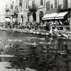 La gara di nuoto nel Naviglio Grande (1920)