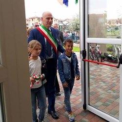 Il sindaco Angelo Madonini varca la soglia del nuovo plesso con alcuni alunni