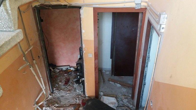 Porte divelte dall'esplosione. Scatti realizzati da un membro della Protezione Civile.