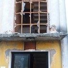 L'ingresso allo stabile, completamente deflagrato.