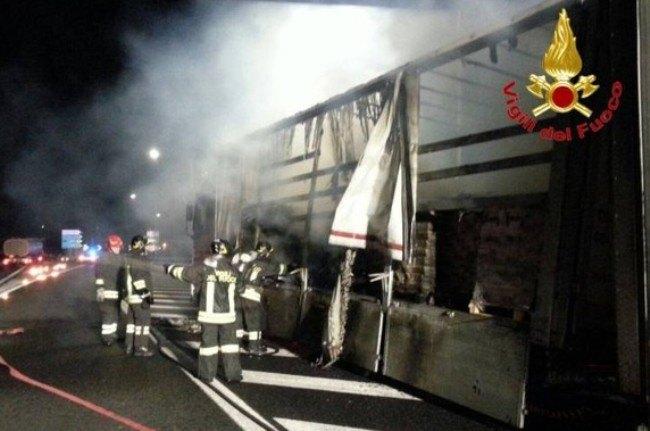 I vigili del fuoco al lavoro sul tir in fiamme