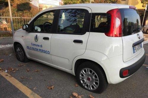 L'auto del Comune con gli pneumatici squarciati