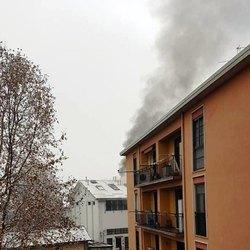 La densa colonna di fumo generata dal rogo che ha distrutto l'appartamento