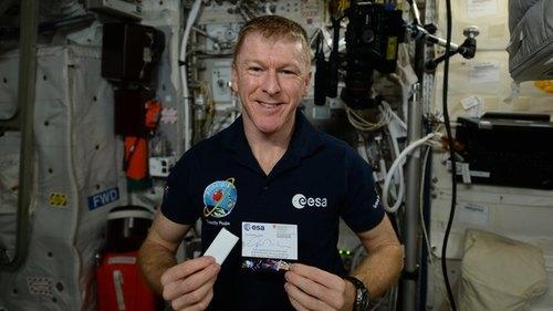 L'astronatua Tim Peake con il cioccolato e il bigliettino inviati dalla Svizzera sulla ISS ©NASA/ESA