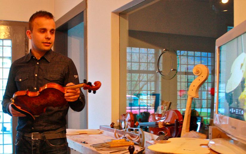 Francesco Cortesi, il liutaio poschiavino mentre spiega alcuni dettagli sulla costruzione artigianale -artistica di un violino. Quello che ha in mano è una sua creatura ed è stato utilizzato dal violinista Massimo De Bonfils.