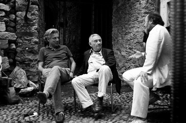 Nell'immagine: il fotografo Mario Dondero (al centro) in conversazione con il direttore del Centro culturale il Rivellino LDV di Locarno Arminio Sciolli e il filosofo Raffaele Scolari (sulla sinistra) nella corte del bastione cinquecentesco del castello visconteo di Locarno, nel 2011 (Foto di Robi Imfeld).