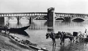 Pavia: l'antico Ponte Coperto sul fiume Ticino.