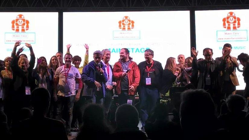 Massimo Banzi, Riccardo Luna e gli altri organizzatori sul palco