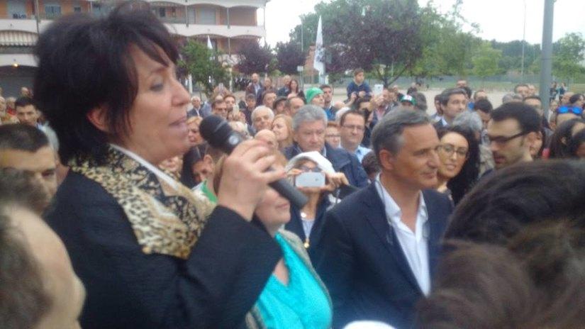Carla Bruschi parla alla piazza