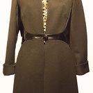 Cappotto nero, 100% lana con inserti di vernice nera.