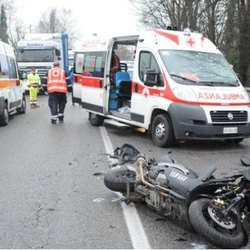 Lo scooter distrutto e i soccorsi dopo l'incidente mortale