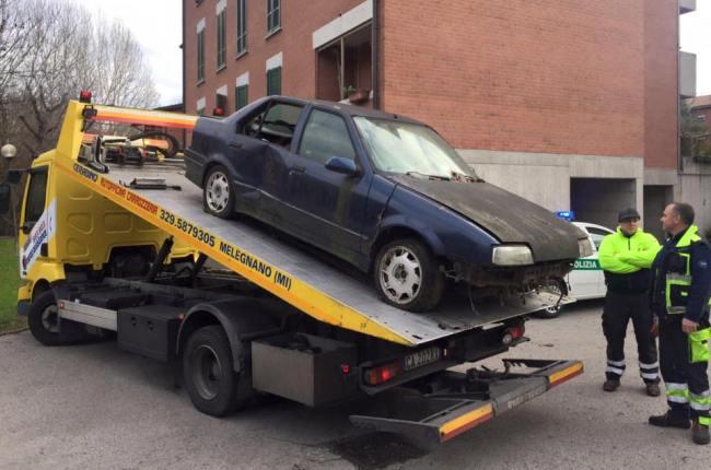 Melegnano le auto abbandonate da anni nei parcheggi delle for Case melegnano
