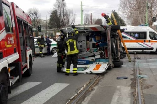 L'ambulanza ribaltata dopo l'incidente (foto Sos Emergenza)