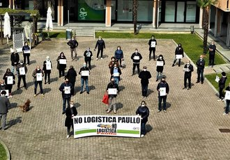 Il Comitato No Logistica in un recente flash mob